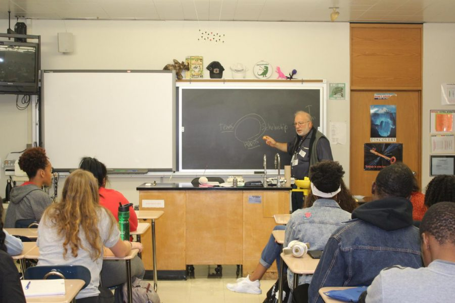 Avid+researcher%3A+Dr.+Howard+Fingert+giving+a+presentation+in+Mr.+Knoepke%27s+2nd+period+AP+Biology+class+on+Sept.+28.+Fingert+discussed+how+he+entered+into+the+medical+field+and+some+of+his+research+with+students.